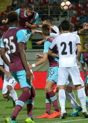 Calleri sobe para disputa de cabeça durante jogo que marcou sua estreia no West Ham