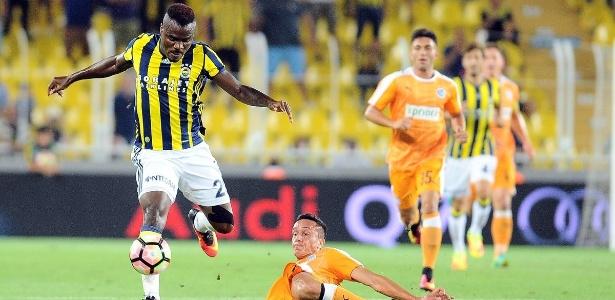 Eminike, do Fenerbahçe, tenta passar pela marcação