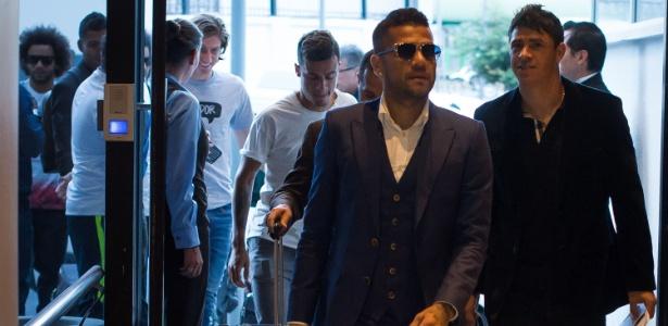 Daniel Alves na chegada a Quito, onde Brasil enfrenta o Equador pelas Eliminatórias