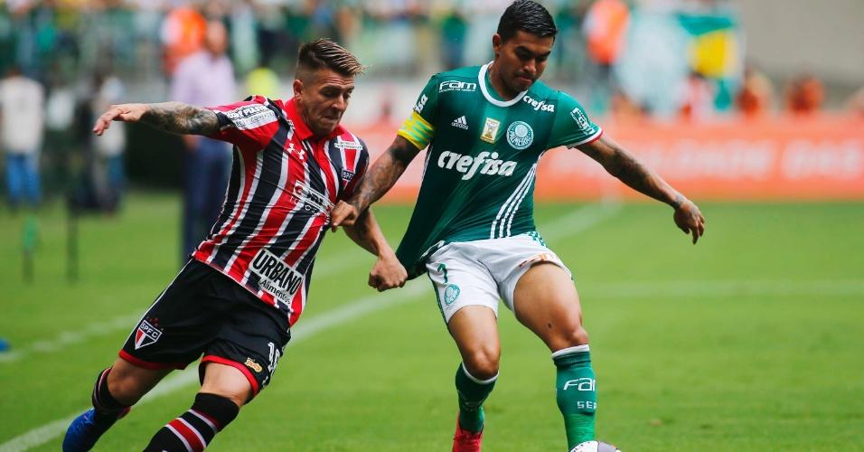 Dudu disputa a bola com Buffarini no clássico Palmeiras x São paulo