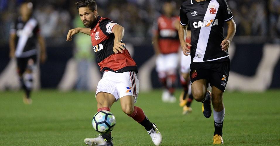 Diego conduz a bola com Nenê na marcação