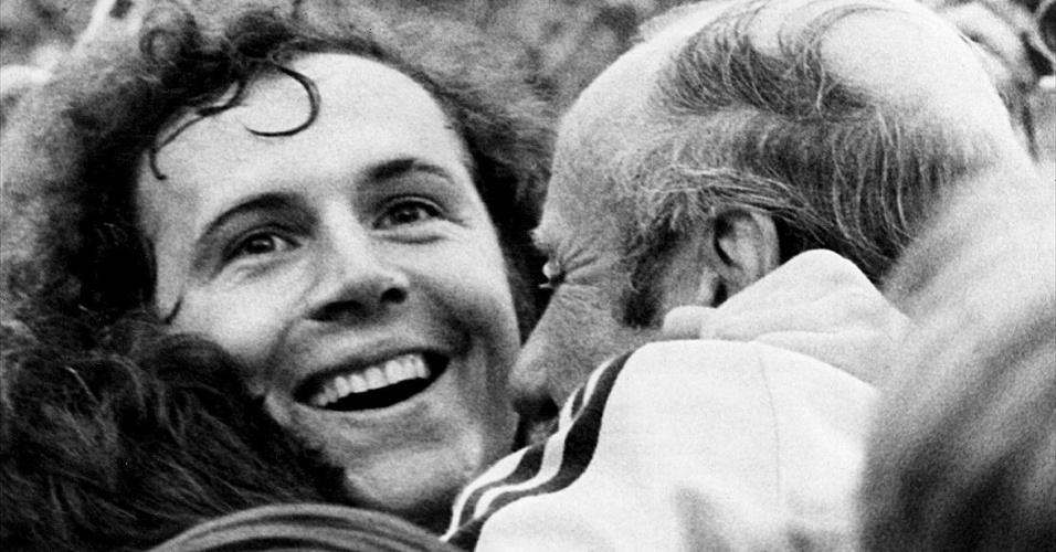 Beckenbauer abraça o técnico Helmut Schöln após a conquista da Copa do Mundo de 1974
