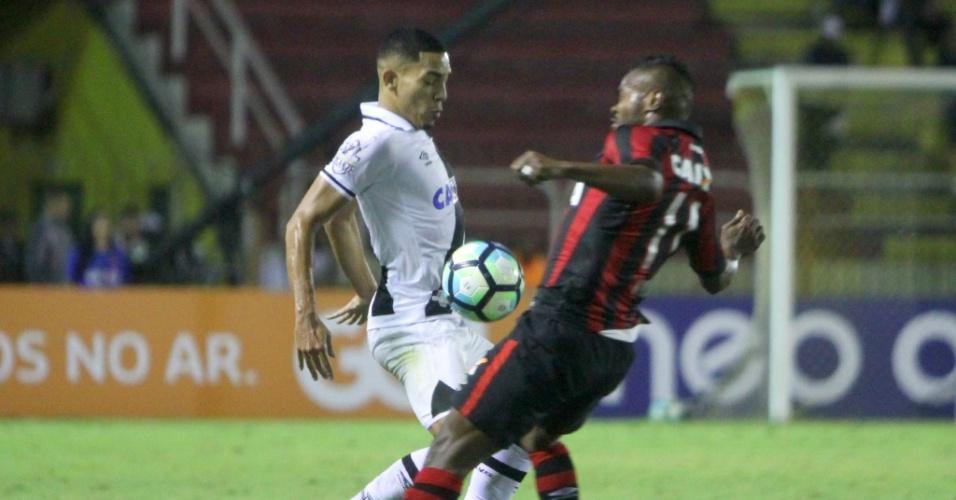 Gilberto e Nikão disputam bola em Vasco x Atlético-PR pelo Campeonato Brasileiro