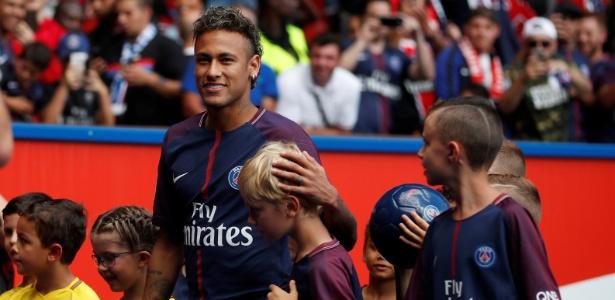 Neymar é cercado por crianças durante apresentação à torcida do PSG