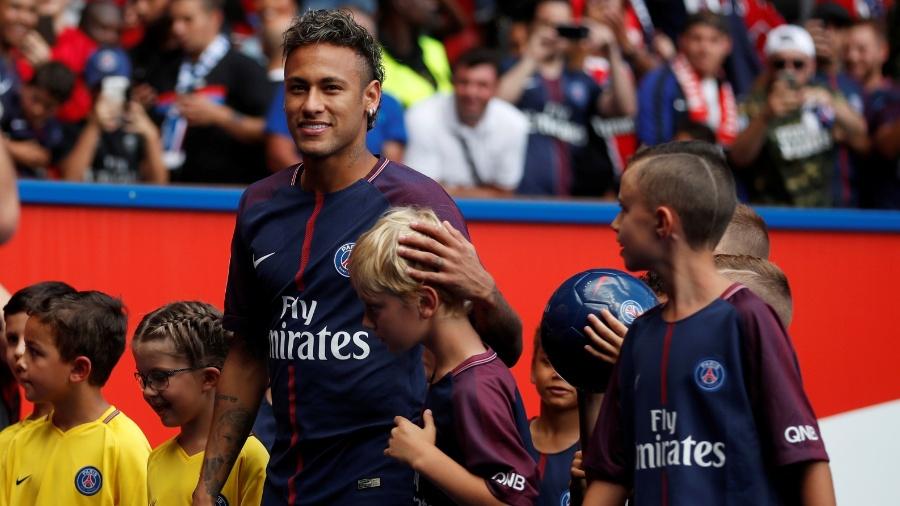 Neymar é cercado por crianças durante apresentação à torcida do PSG - REUTERS/Christian Hartmann