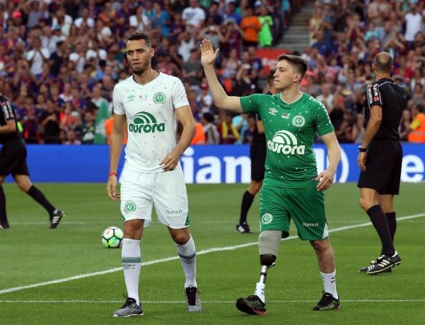 Neto e Jackson Follmann são aplaudidos no Camp Nou antes do amistoso entre Barça e Chape