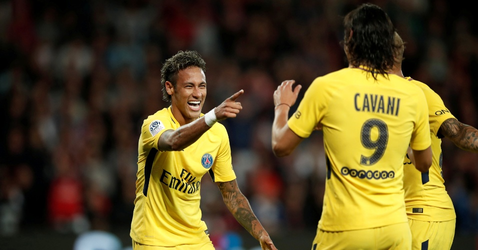 Neymar comemora gol com o uruguaio Cavani