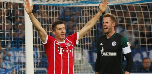 Lewandowski comemora o pênalti marcado com a ajuda da tecnologia