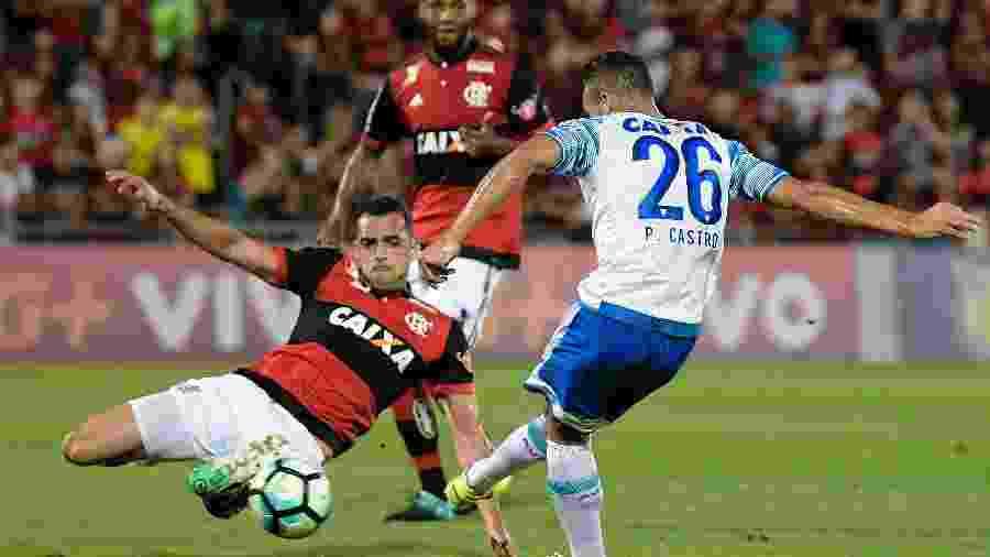 Pedro Castro, do Avaí, disputa lance com Rhodolfo, do Flamengo, em duelo pelo Brasileiro de 2017 - Thiago Ribeiro/AGIF