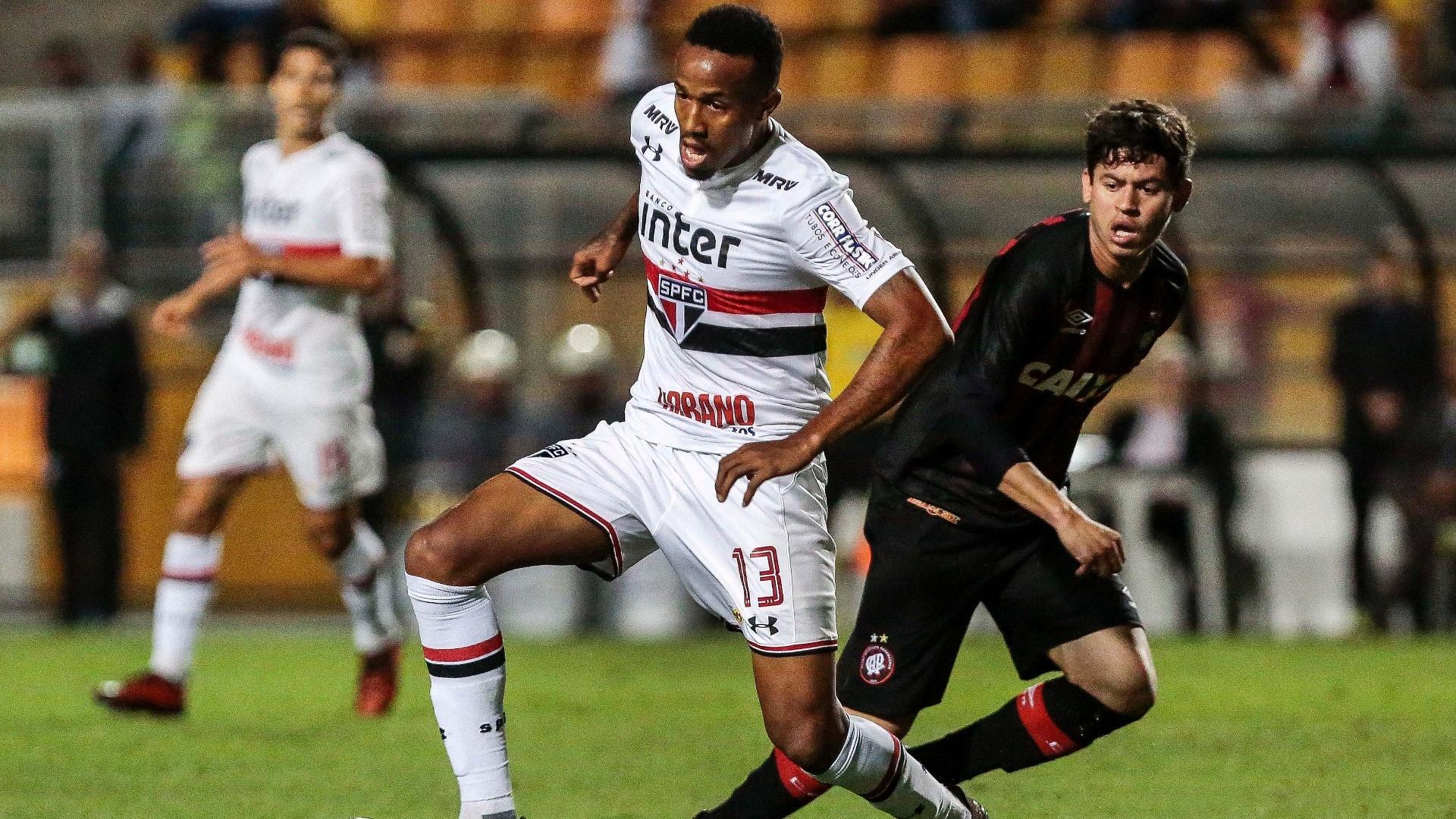 Militão, do São Paulo, disputa a bola com Rossetto, do Atlético-PR