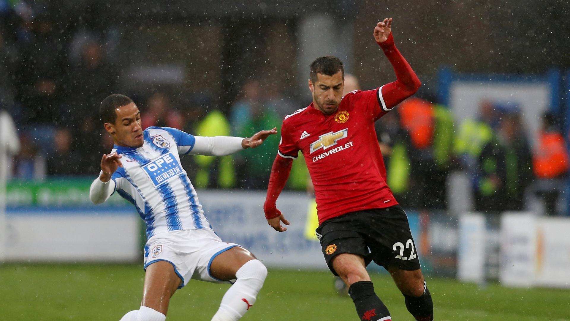 Disputa de bola entre jogadores do Manchester United e Huddersfield