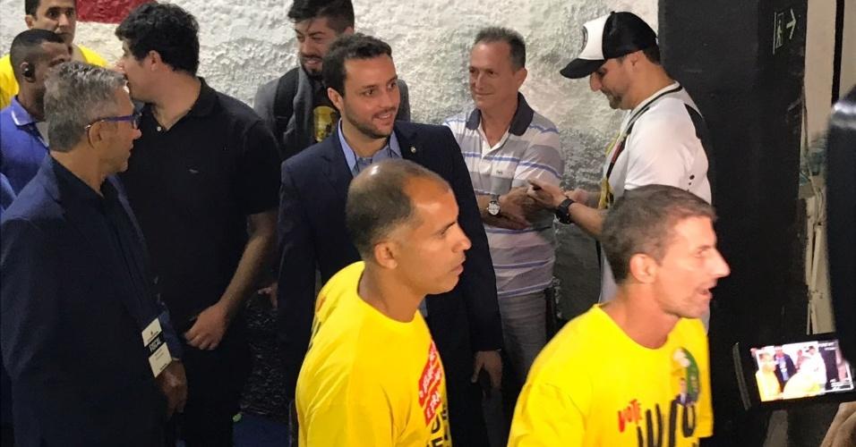 Apoiadores de Brant, os ex-jogadores Felipe e Pedrinho chegam ao local da votação
