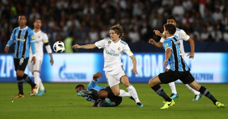 Modric encara a marcação do Grêmio na final do Mundial de Clubes