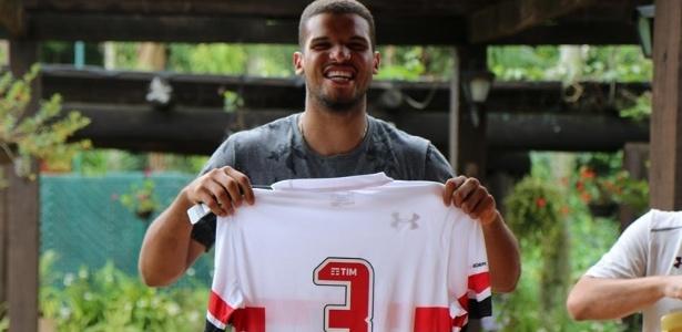 Rony recebe camisa na formatura feita pelo São Paulo em Cotia