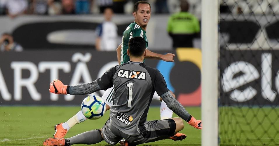 Guerra toca na saída de Gatito e marca para o Palmeiras diante do Botafogo