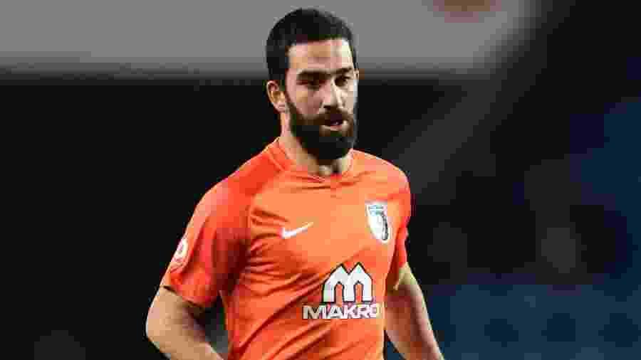 Arda Turan em ação pelo Basaksehir durante jogo contra o Kayseri Spor - Ozan Kose/AFP