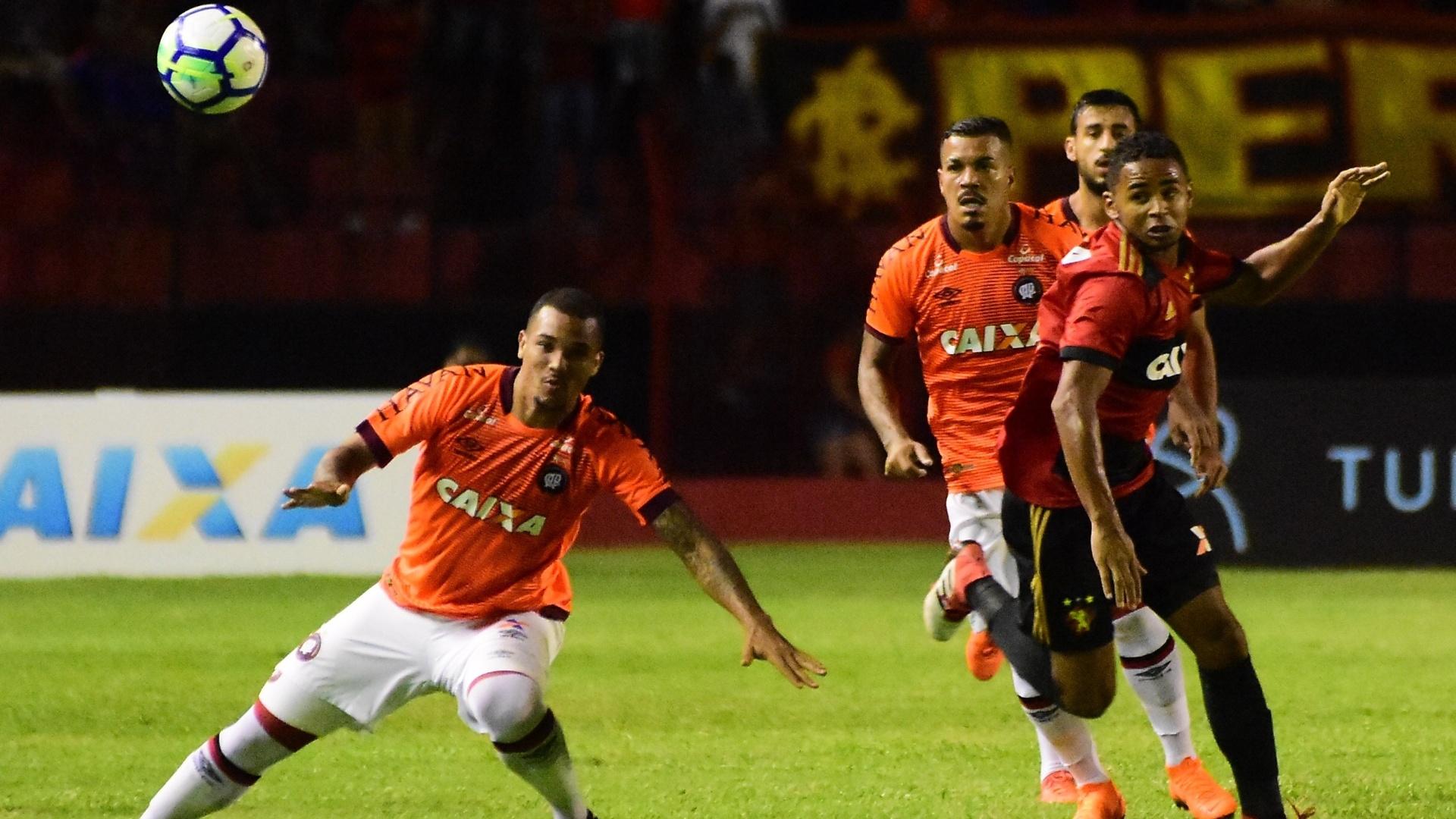Lance da partida entre Sport e Atlético-PR