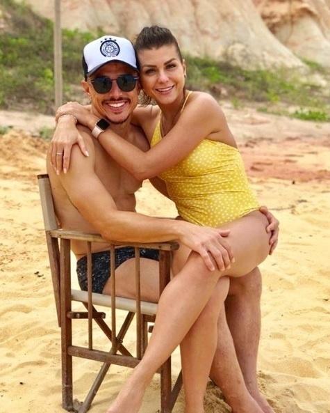 Willian e sua mulher, Loisy Coelho, em uma praia de Trancoso, na Bahia
