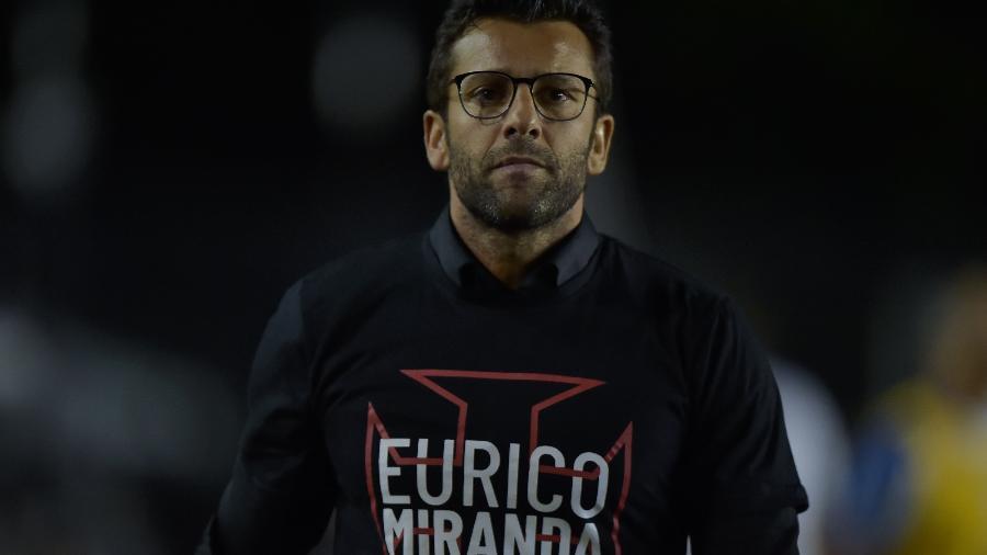 """Alberto Valentim foi chamado de """"burro"""" pela torcida após gol do Avaí nos minutos finais - Thiago Ribeiro/AGIF"""