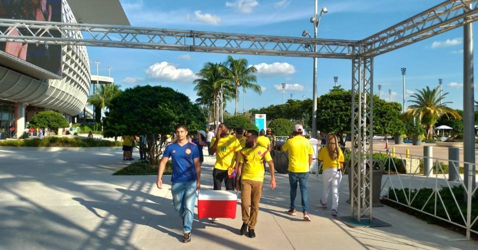 Brasileiros e colombianos chegam para acompanhar o jogo entre Brasil x Colômbia