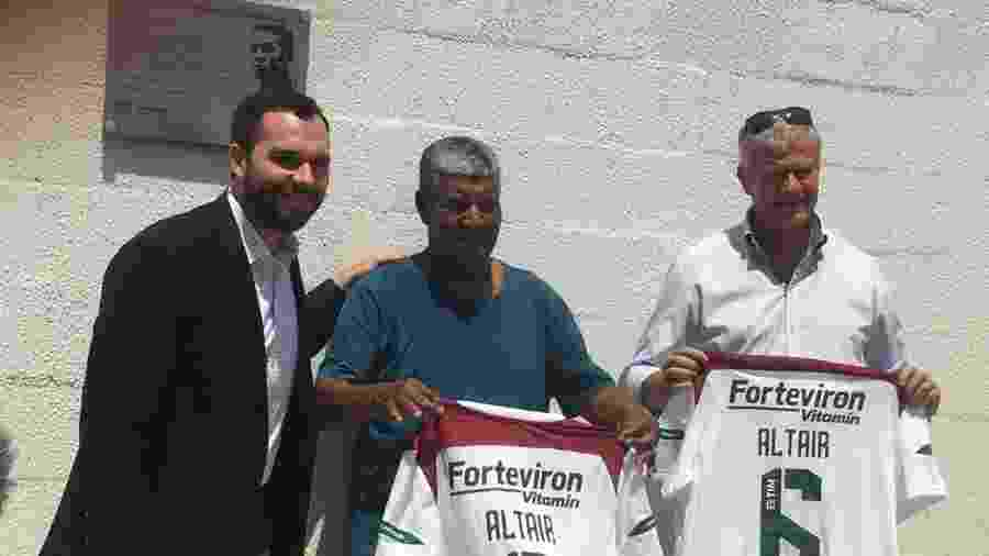 Mario Bittencourt e ex-jogadores Jair Marinho e Peri inauguram placa em homenagem a Altair, que passa a dar nome a um campo do CT do Fluminense - Caio Blois/UOL