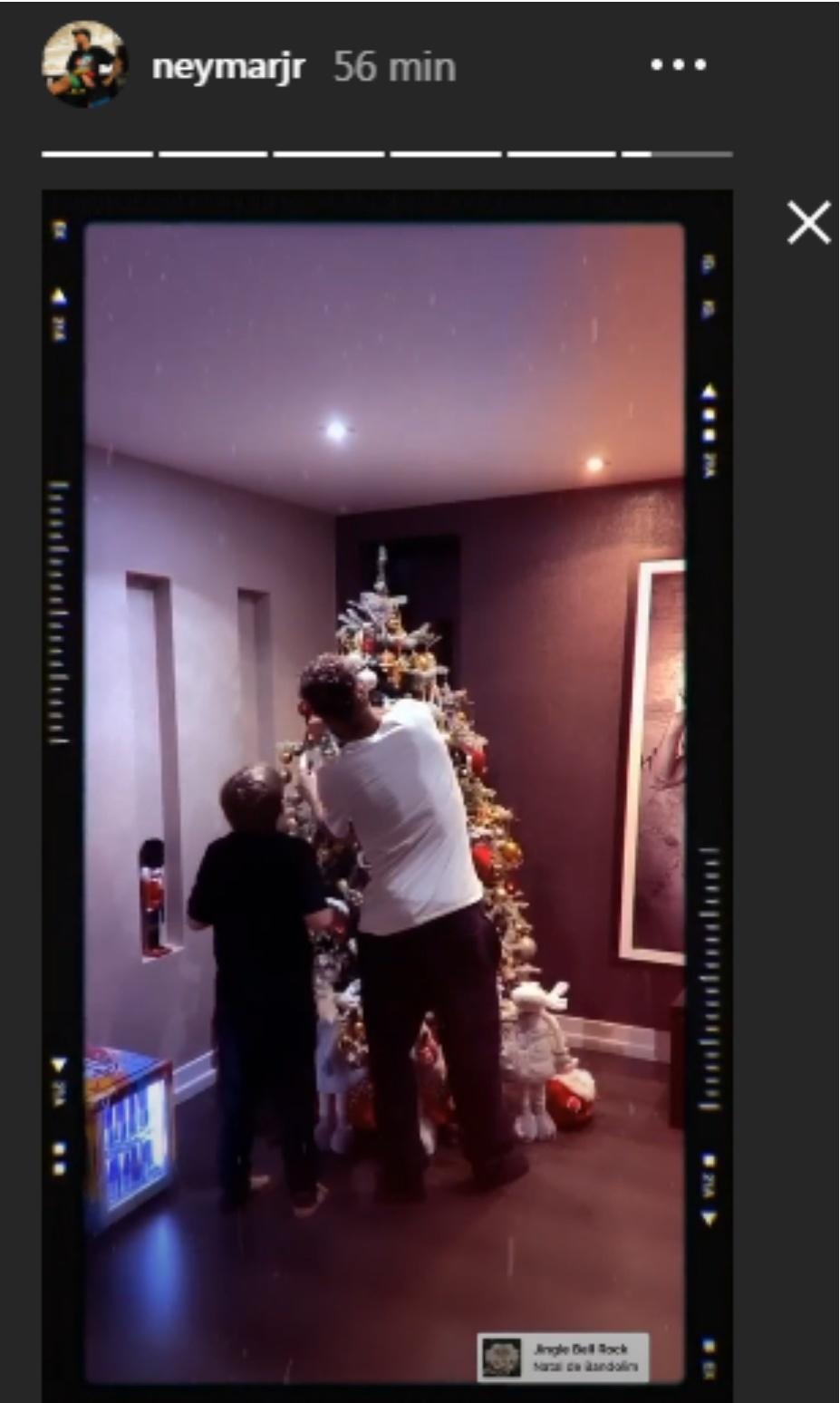 Neymar e Davi Lucca montam árvore de natal juntos