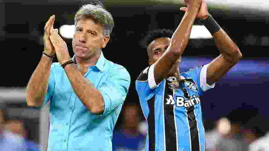 Renato Gaúcho e Cortez cumprimentam a torcida do Grêmio depois da vitória sobre o Cruzeiro - Pedro H. Tesch/AGIF