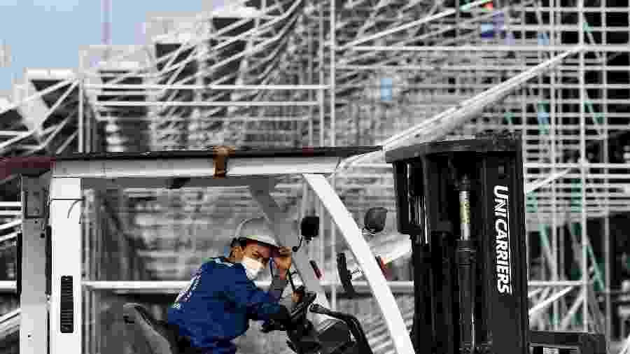 Fórmula 1: Trabalhador usa máscara de proteção ao covid-19, novo coronavírus, durante expediente na pista do GP do Vietnã - Manan Vatsyayana/AFP