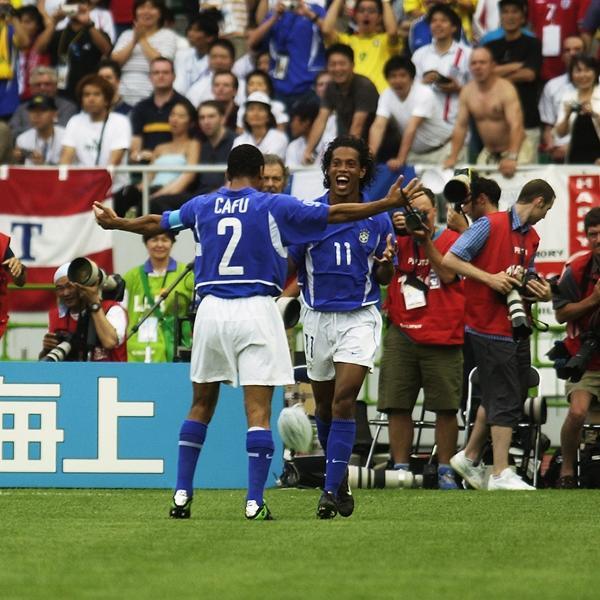 Ronaldinho fez golaço para o Brasil contra a Inglaterra nas quartas de final da Copa do Mundo de 2002