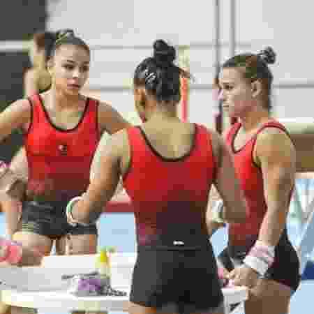 Jade Barbosa (direita) e outras ginastas do Flamengo - Divulgação