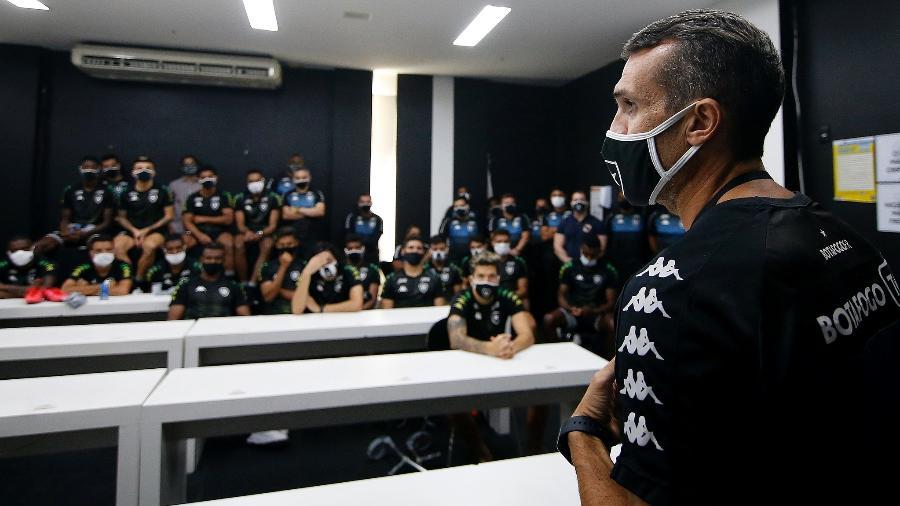 Bruno Lazaroni conversa com jogadores do Botafogo - Vitor Silva / Botafogo