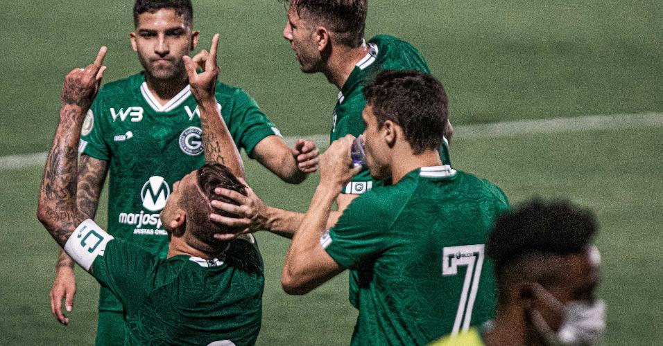 Rafael Moura faz o seu segundo gol na partida do Goiás contra o Fluminense, pelo Brasileirão
