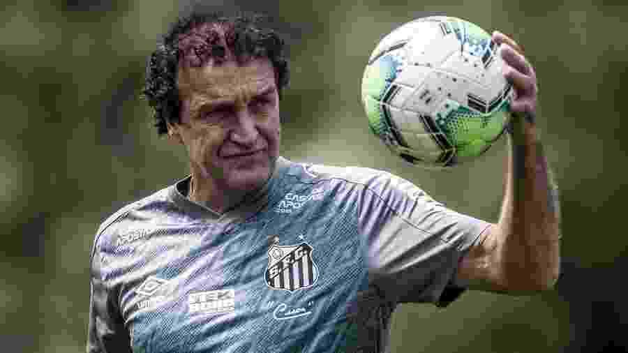 Com a bola, Cuca observa durante treino do Santos no CT Rei Pelé - Ivan Storti/Santos FC