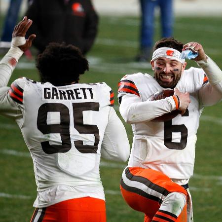 Myles Garrett e Baker Mayfield comemoram vitória do Cleveland Browns contra o Pittsburgh Steelers - Justin K. Aller / GETTY IMAGES NORTH AMERICA / AFP