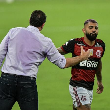 Gabigol cumprimenta o técnico Rogério Ceni após marcar gol pelo Flamengo contra o Vasco - Thiago Ribeiro/Thiago Ribeiro/AGIF