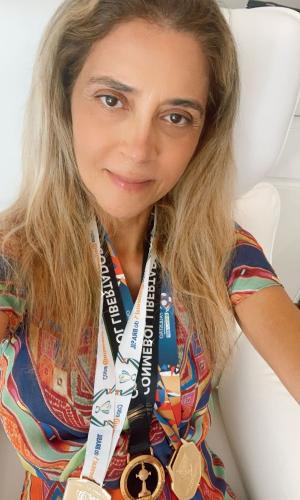 Leila Pereira posa com medalhas do Palmeiras
