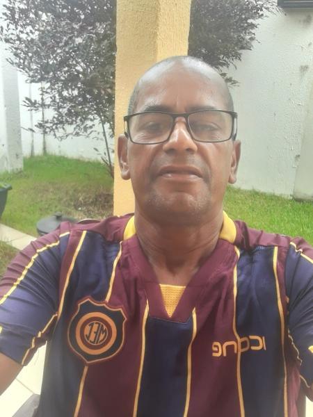 Cafezinho veste camiseta do Madureira; ex-lateral ficou marcado por briga com Romário, em 1997 - Arquivo pessoal