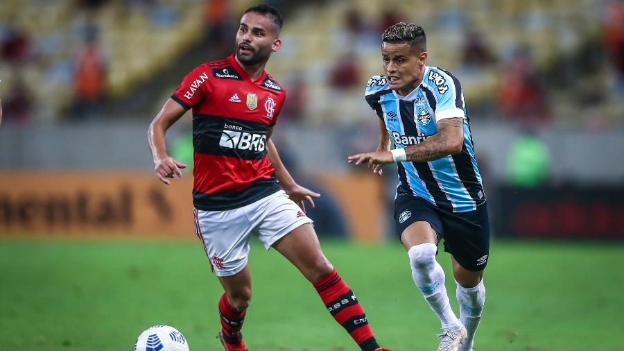 Thiago Maia, do Flamengo, e Everton, do Grêmio, disputam bola em duelo no Maracanã, pela Copa do Brasil - LUCAS UEBEL/GREMIO FBPA