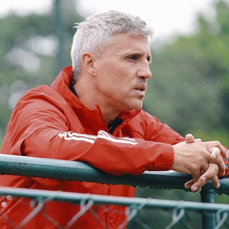O técnico Hernán Crespo observa o treino do São Paulo, no CT da Barra Funda - Fellipe Lucena/São Paulo FC