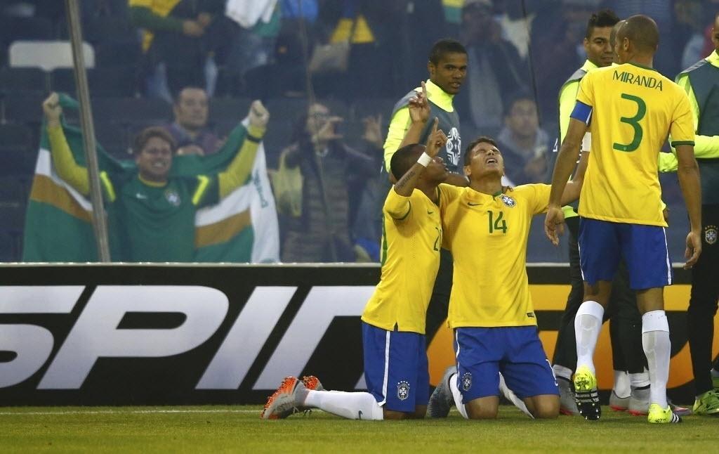 Thiago Silva comemora de joelhos gol que abriu o placar para o Brasil contra Venezuela na Copa América