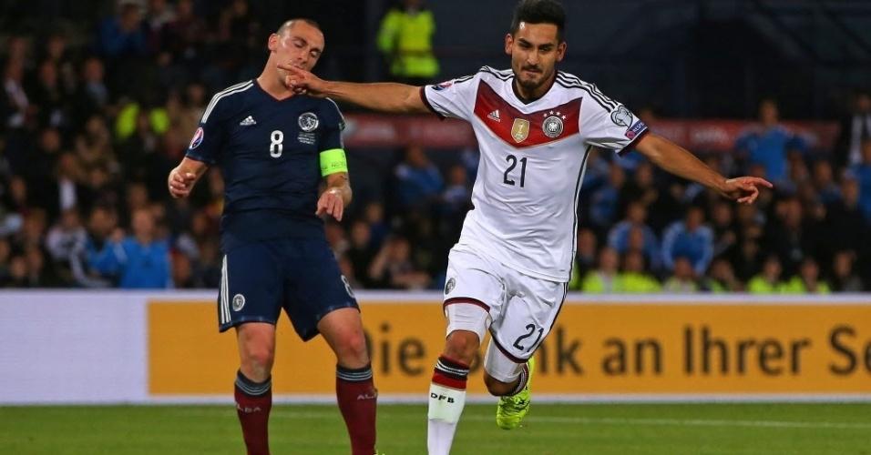 Ilkay Gundogan (dir.), da Alemanha, comemora após marcar contra a Escócia, pelas Eliminatórias da Eurocopa, nesta segunda-feira (7)