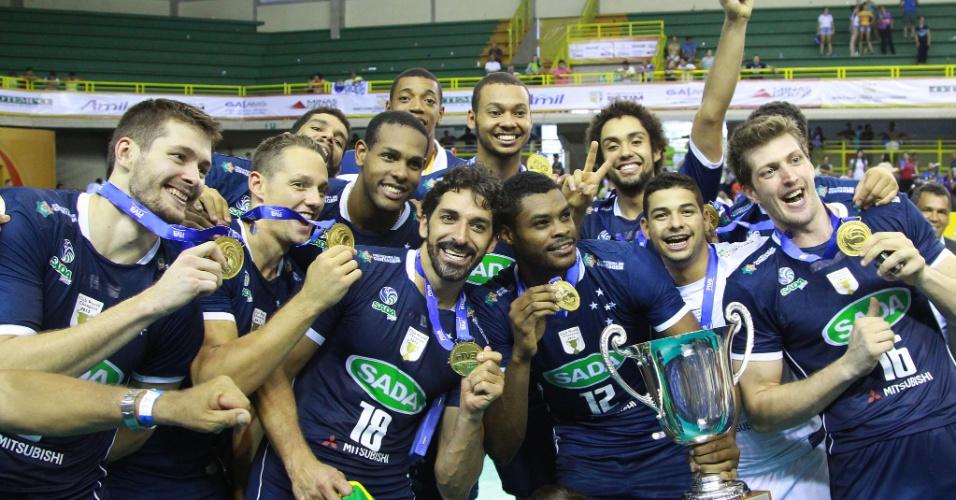 Jogadores do Cruzeiro com a taça do Mundial de Clubes