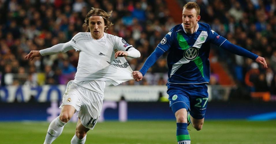 Luka Modric é puxado por Arnold enquanto tenta jogada para o Real Madrid contra o Wolfsburg pela Liga dos Campeões