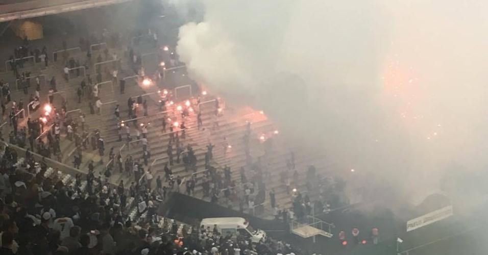Torcida entra com sinalizadores no jogo entre Corinthians e Nacional-URU