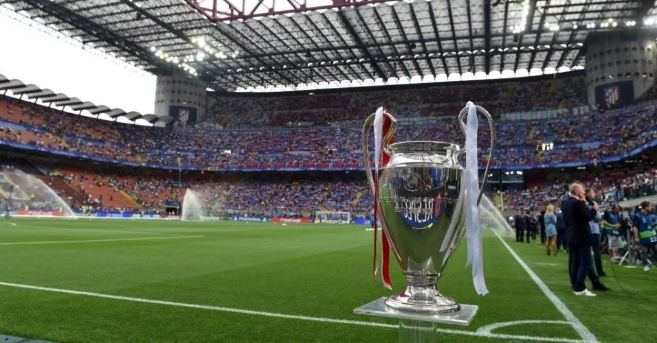 Taça da Liga dos Campeões é exposta antes da final entre Real Madrid e Atlético de Madri no estádio San Siro, em Milão, na Itália