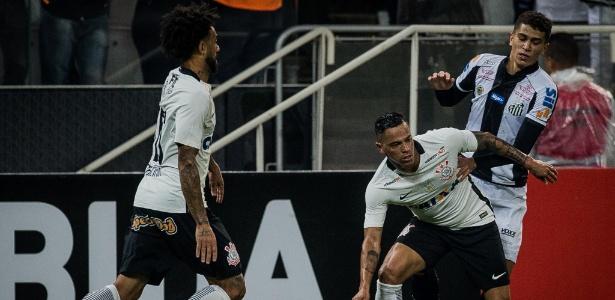 Giovanni Augusto tenta passar pela marcação de Vitor Bueno, durante a partida entre Corinthians e Santos - Eduardo Anizelli/Folhapress