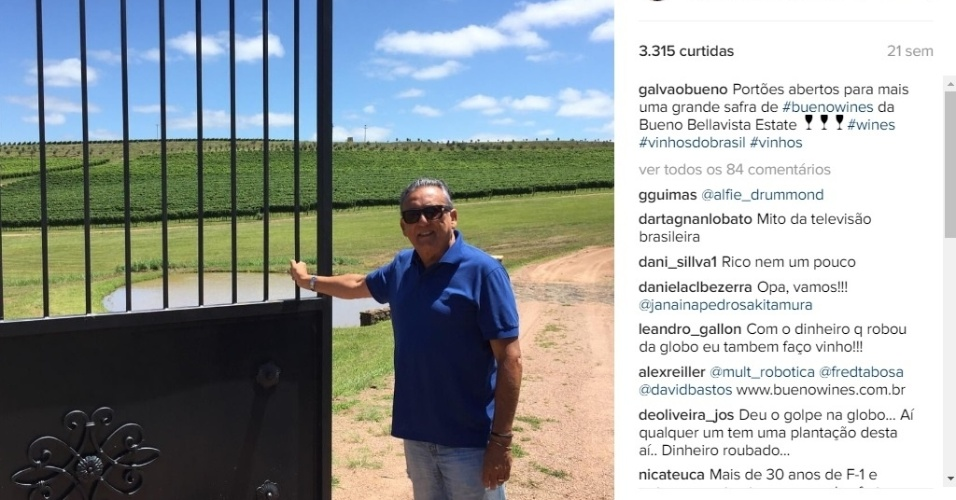 O apresentador no imponente portão da propriedade de 108 hectares