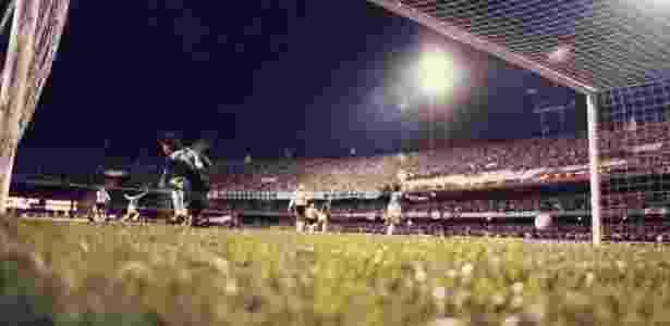 Evair corre em direção à torcida após marcar o gol que garantiu o título ao Palmeiras em 1993 - Fernando Santos/Folhapress