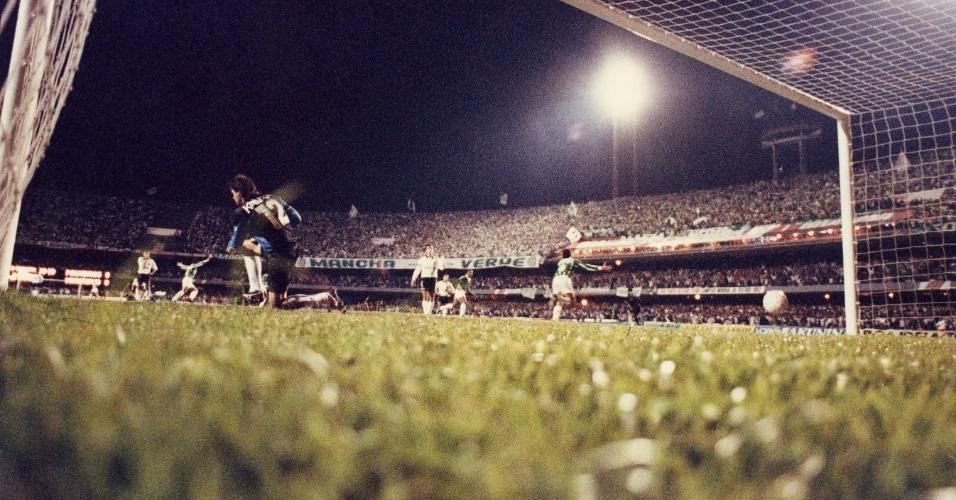 Evair corre para comemorar o gol de pênalti do Palmeiras contra o Corinthians em 1993