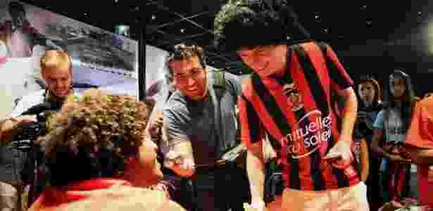 Torcedor comparece à apresentação de Dante com uma peruca que imita o cabelo do jogador - Divulgação - Divulgação